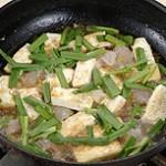 豆腐・エビ・にらを煮る